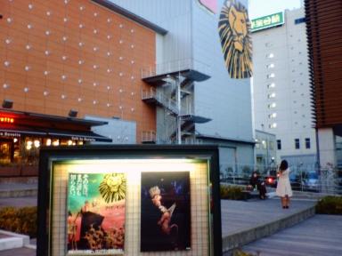 劇場の前で撮影
