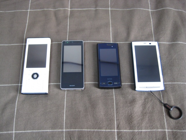 左からW-ZERO3[es]、WILLCOM 03、SH706i、Xperia SO-01B
