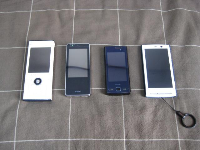 左からW-ZERO3[es]、WILLCOM 03、SH706i、Xperia SO-01B